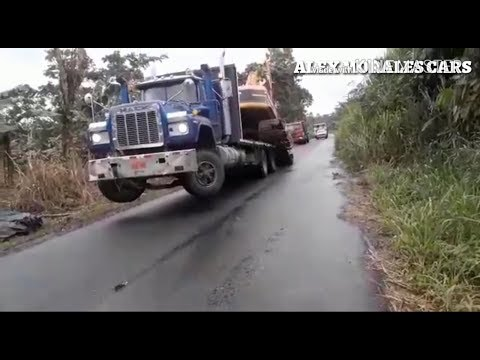 IMPRESIONANTE AUTO DESCARGA DE UNA EXCAVADORA DESDE UN CAMION MACK  PLATAFORMA