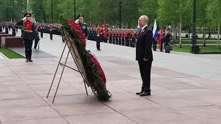 Смотреть видео Президент России, члены правительства, депутаты и ветераны ВОВ возложили цветы к Вечному Огню онлайн