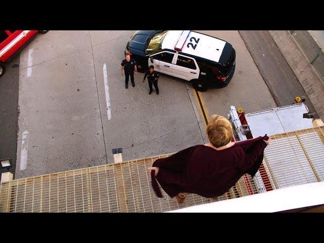 【911】女子气老公不理自己,在公路上裸体,给所有人看……《紧急呼救S2-08》
