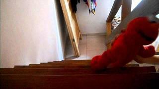 Elmo ataca y cae por la escalera