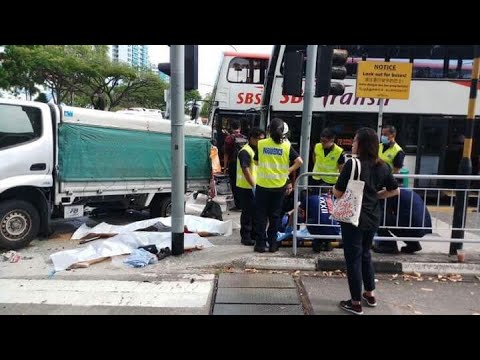 23apr2018 Lorry Crashes Onto Pavement At Yio Chu Kang Road Killing 3