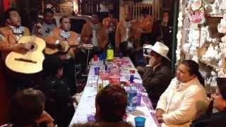 Mi papa cantando el tema sin fortuna con mariachi!
