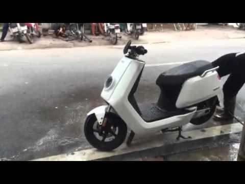 Xe máy điện BOSCH NIU N1 E-SCOOTER trình diễn khả năng không sợ nước tại Hà Nội