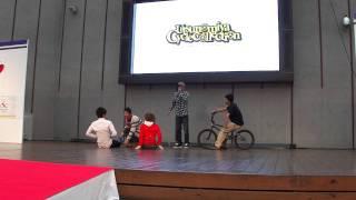 自転車BMXで3人の上をジャンプ(団長 危機一髪)
