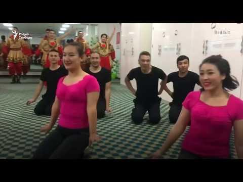 Счастливые заключенные танцуют.