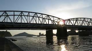 黄昏前の犬山橋を渡る名鉄特急