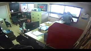Baixar POLICE OFFICER seen BEATING up his 14 year old daughter, while STAFF WATCH ON