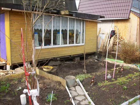 видео: Строим веранду на даче. Из поддонов.  we are building a porch at the cottage . because of pallets.