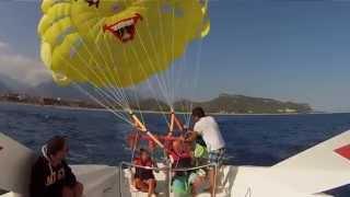 Полёт на парашуте над Средиземным морем в Турции.