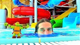 Черепашки Ниндзя на водных горках в аквапарке! Видео с игрушками.
