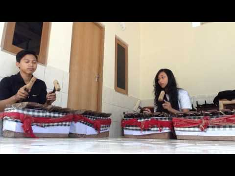 Practice Salunding (Seloding) the Balinese Music Gamelan. (belajar selonding bali)