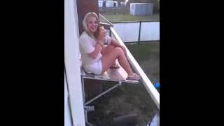 Девушка с пивом на балконе