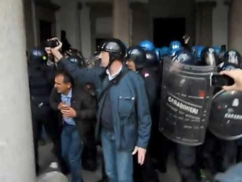 Cariche della polizia all'Universita' Statale di Milano