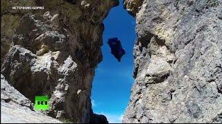 Бейсджампер пролетел сквозь расщелину в скале в костюме-крыле