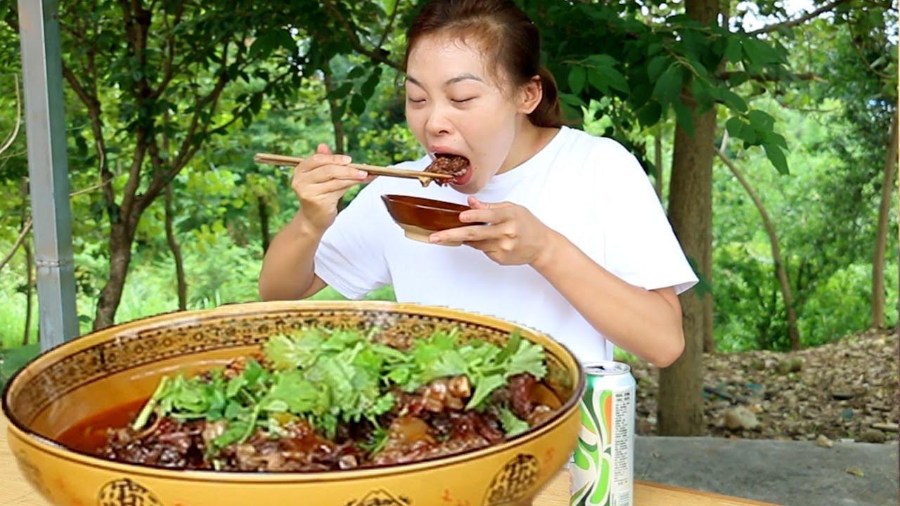 120元2根牛尾巴,秋妹大鐵鍋燉2個小時,軟爛又入味,有酒有肉真安逸! 【顏美食】