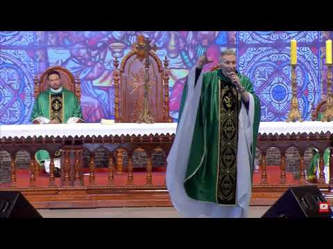 Mujer empuja a un sacerdote desde el altar