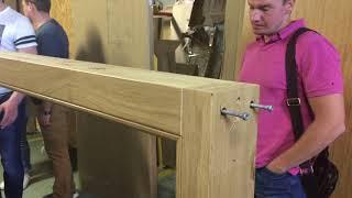 Процесс обучения монтажников по установке входных деревянных дверей.