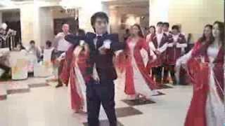 Лезгинка на казахской свадьбе. Танцует жених.