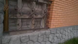 Вылепленные булыжники на цоколе и колоннах дома