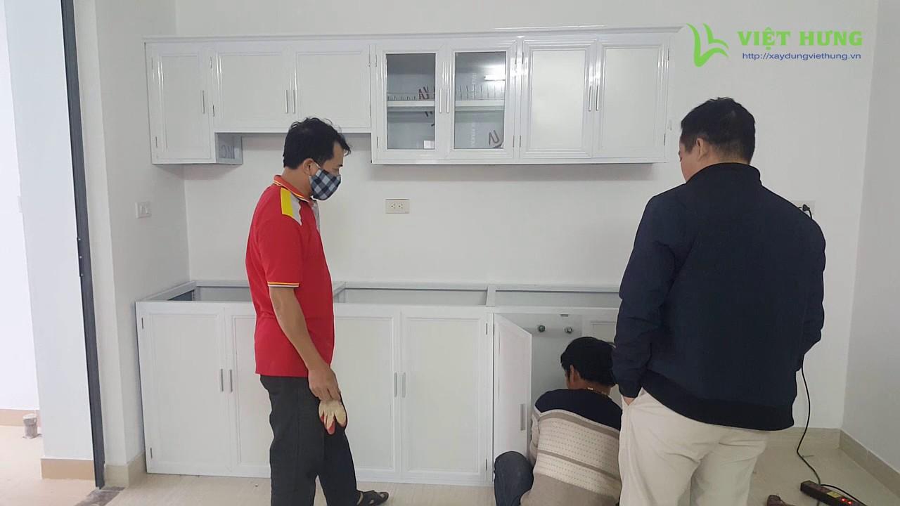 Lắp đặt tủ bếp nhôm kính màu trắng 2 tầng hình thẳng – Xaydungviethung.vn