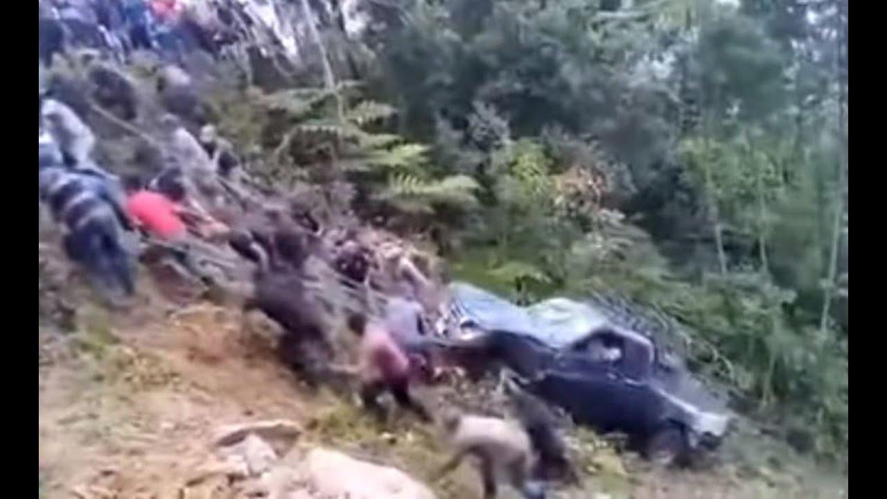 Download Vecinos unidos sacaron un vehículo de un barranco