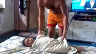 Vídeo Engraçado. Pai Brinca Com Filho.