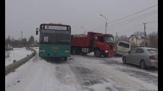 В автобус с пассажирами врезался самосвал