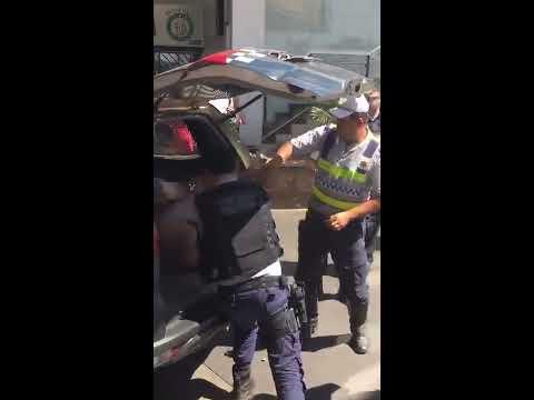 TRAVESTI QUEBRA CARRO E RESISTE A PRISÃO EM BRASÍLIA thumbnail