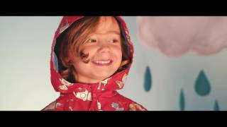 Holly and Beau: Magical kids raincoats that change color in the rain