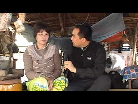 Linh muc Nguyen Sang phat qua cuu tro nguoi ngheo 04