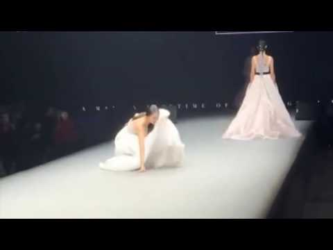 "Model in wedding dress FALLS down during the Chinese fashion show ""Wedding Gao"""
