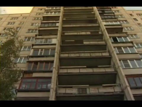 Женщина чудом выжила при падении части балкона