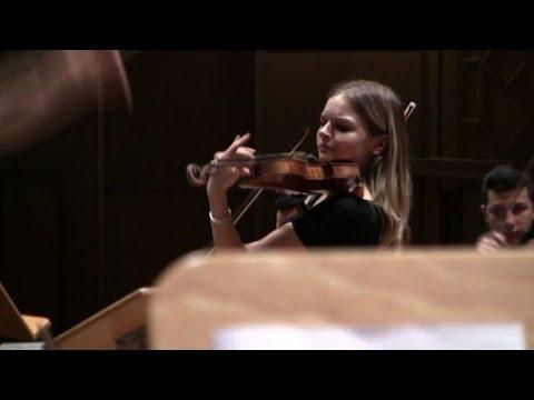 Primo violino della Scala Laura Marzadori suona nella sua Bologna