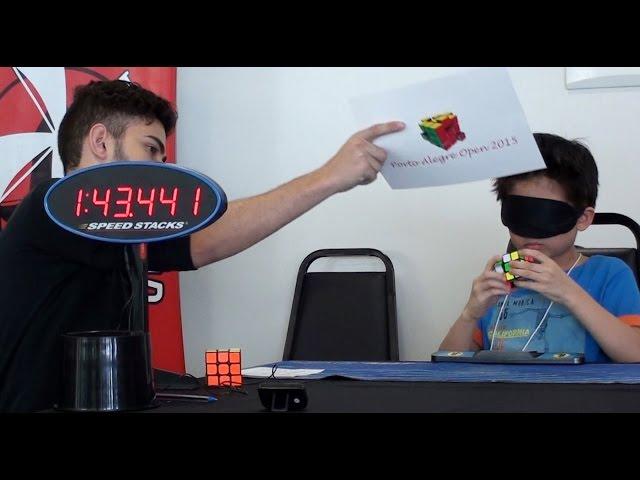 Mali genije: Pogledajte kako bez gledanja slaže Rubikovu kockicu za samo par minuta