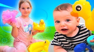 Cinci Ratuste | The Duck Hide and Seek | Five little Ducks with Sara and Nikolas