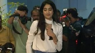 Video Sridevi's Daughter Jhanvi Kapoor's AWKWARD MOMENT | Video download MP3, 3GP, MP4, WEBM, AVI, FLV Agustus 2018