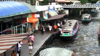 The Khlong Saen Saep water bus serves over 50,000 passengers daily - Bangkok