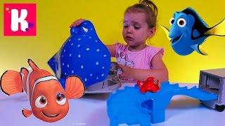 В поисках Дори игрушки из мультика Дисней играем рыбками и автобус с стреком Finding Dory toys