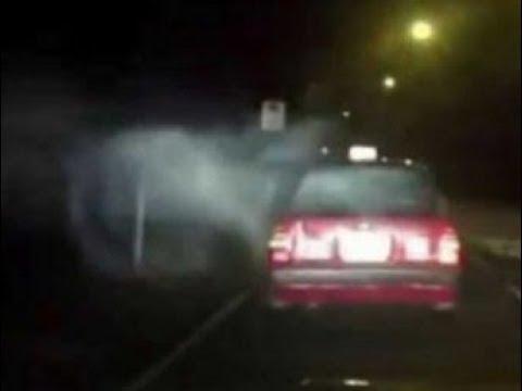 """Un """"ataque demoníaco"""" saca un coche en marcha de la carretera"""
