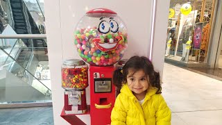 Şapşik Ayşe Ebrar Sakız Makinesine Para Çikolata Attı. Sakız Makinesi renkli sakız vermedi.