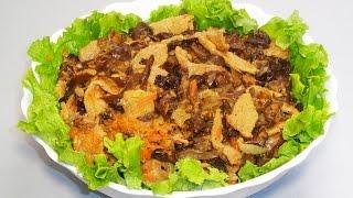Вегетарианский салат с древесными грибами Моэр и соевым мясом.