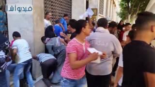 بالفيديو: زحام شديد على وزارة التجارة والصناعة لسحب استمارة قبول الكفاية الإنتاجية