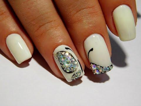 Дизайн ногтей бабочки со стразами