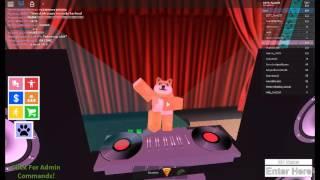 In diesem Video spielt Doge : Boys and Girls Dance Club auf ROBLOX