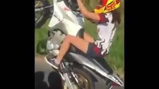 Menina empinando muito de moto(três dias virado)