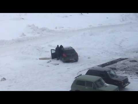 Офигеть!Парень сел за руль,а девушку заставил толкать машину!город Кемерово!!!