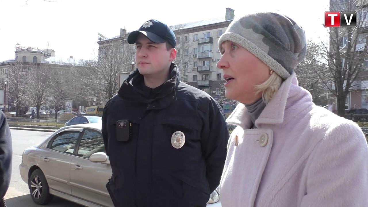 «Вы разрушаете Украину!», - жительница Николаева бандерлогам возле Сбербанка