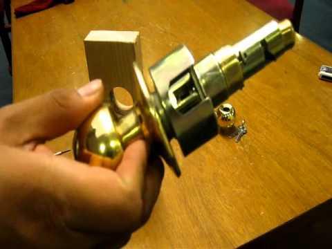 como desarmar una cerradura de pomo de madera