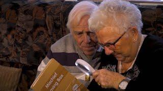UNBOXING: Kennen Vital en Mariette een fidget spinner?   De wereld rond met 80-jarigen