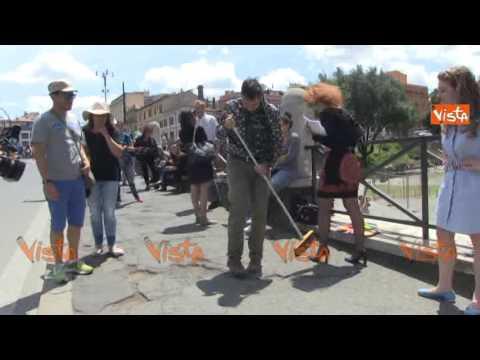 """Meloni alla performance di Jakhnagiev """"Arte riempie le buche"""", i preparativi dell"""